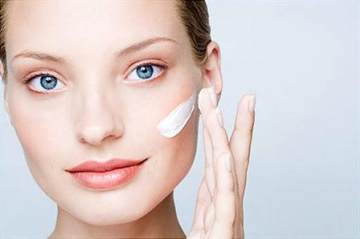 woman is applying moisturizer